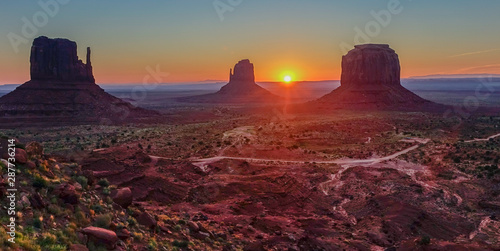 Photo Stands Magenta Sunset in the Monument Valley