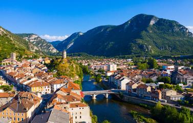 Widok na Tarascon-sur-Ariege w otoczeniu Pirenejów