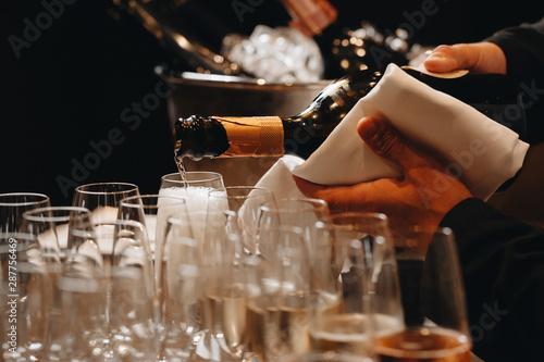 Fotografia Pouring champagne into wine glasses
