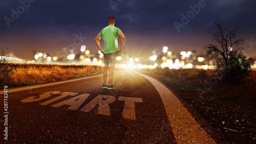 Photo Straße mit der Beschriftung Start - Jogger schaut Richtung Stadt nach vorne