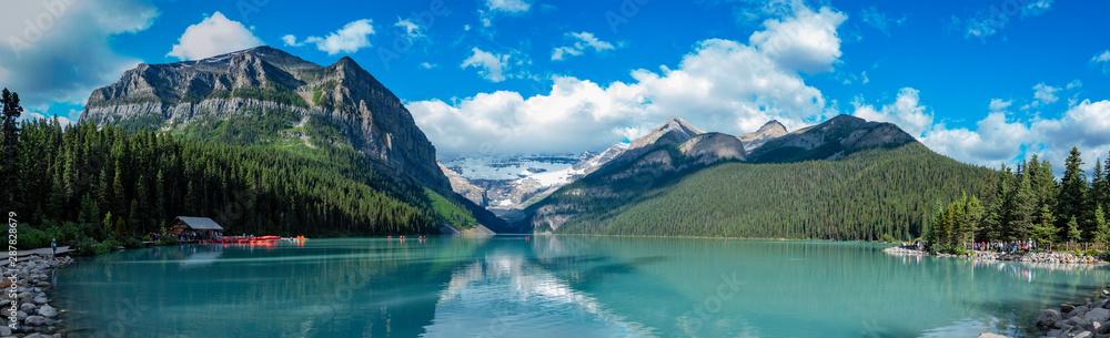 Fototapeta The beautiful  Lake Louise and mountains