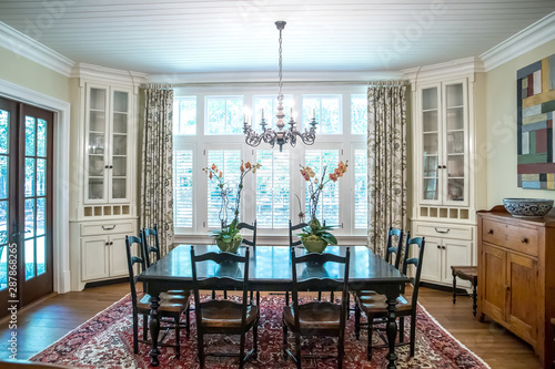 Fényképezés spacious dining room eat in kitchen full of windows and natural light table and