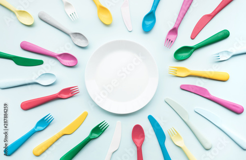 Fotografía  Top view of dish with colorful spoon and fork element on color table