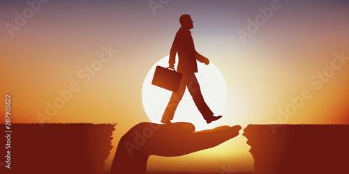 Photo Concept de la solution, avec une main qui sert de pont et facilite le franchissement d'un obstacle à un homme d'affaire en l'aidant à atteindre son objectif