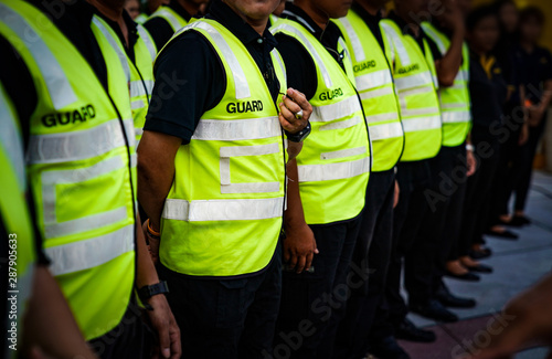 Foto Asian Securities and Guards are stadning in the row meeting and waiting for order from commander in Thailand Concert Event