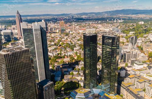 Fototapeta Panorama miasta z lotu ptaka. Frankfurt nad Menem widziana z gory.  Panorama miasta w Niemczech.  Srodmiescie Frankfurtu. Miasto w Hesji. obraz