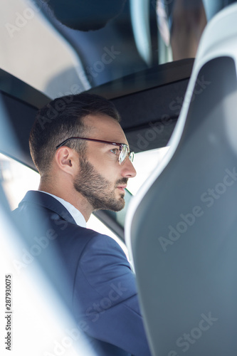 Photo Handsome bearded man wearing glasses driving his car