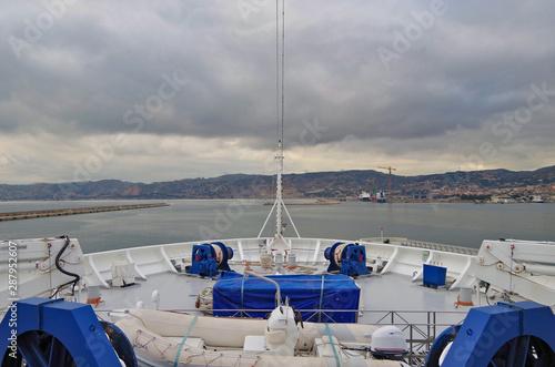 Blick über Bug von Kreuzfahrtschiff im Hafen von Marseille Provence mit Küste Fotobehang