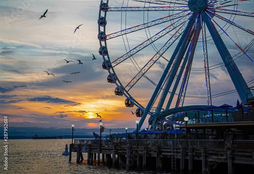 Fototapeta Ferris Wheel on coast of Seattle at Sunset with Birds obraz
