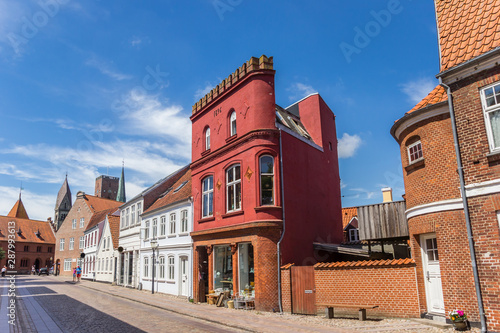 Fotografía Colorful red shop in the center of Ribe, Denmark