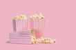 canvas print picture - Popcorn palomitas de maíz en caja sobre fondo rosa vista de frente. Copy space
