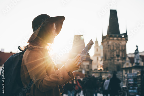 Fotografia  Girl with backpack looking at map