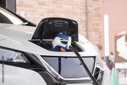 Obraz 電気自動車 充電  - fototapety do salonu