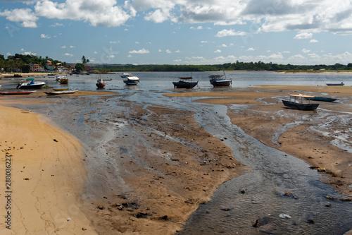 Ujście rzeki z łodziami rybackimi na plaży - fototapety na wymiar