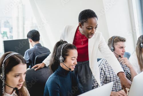Obraz na płótnie Female supervisor working with team in call center