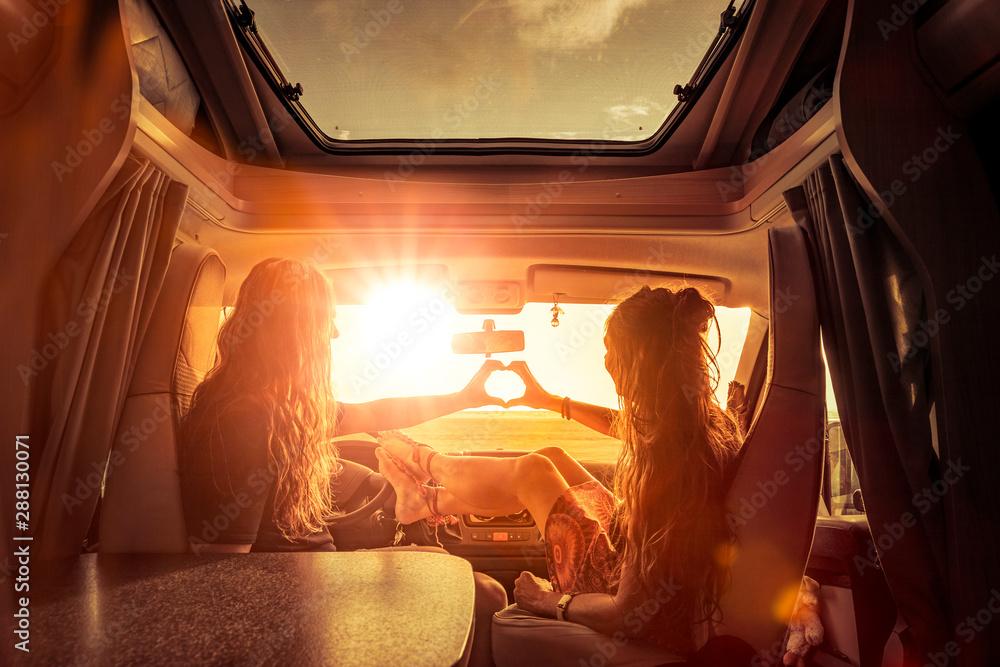 Fototapety, obrazy: Paar im Wohnmobil bei Sonnenuntergang in Romantischer Stimmung