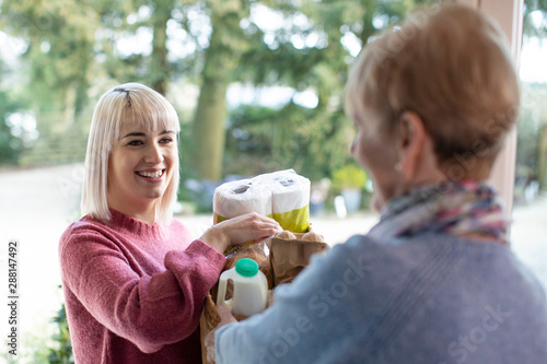 Fotomural Female Neighbor Helping Senior Woman With Shopping