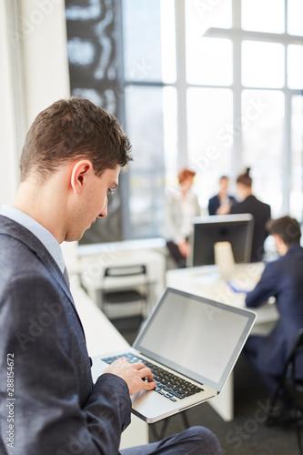 Geschäftsmann arbeitet online mit Laptop
