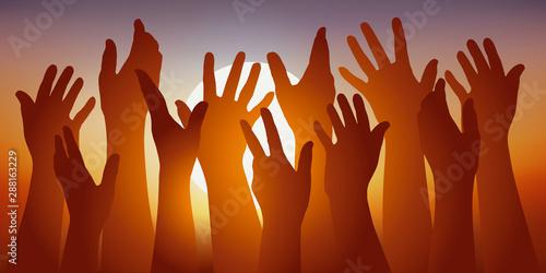 Concept de l'adhésion avec un groupe de mains levées devant un coucher de soleil, pour symboliser le vote de cohésion Wallpaper Mural