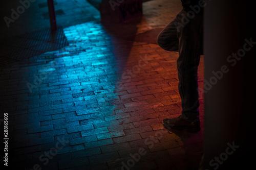 Fotomural  Homme adossé contre un mur dans une ruelle étroite
