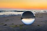 Szklana kula na brzegu morza. Piękny wschód słońca