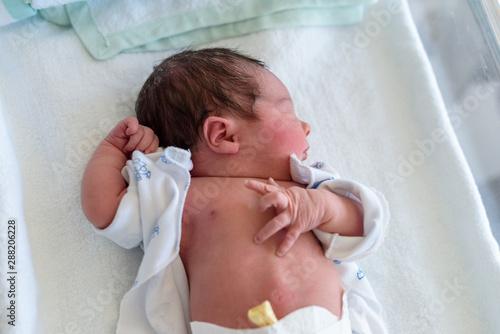 Valokuvatapetti Bebe recien nacido con ojos cerrados