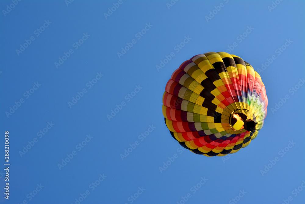 Fototapeta piękny kolorowy balon na błękitnym niebie