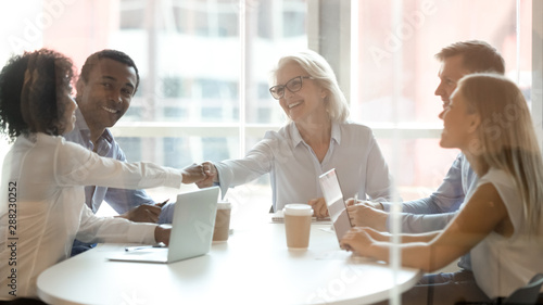 Photo Diverse business partners handshake get acquainted at briefing