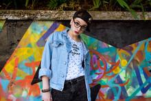 Adolescente Davanti Graffiti