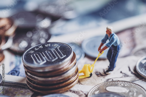 Photo お金を運ぶミニチュア男性