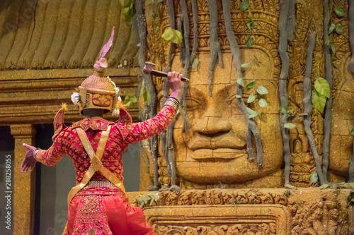 Fototapeta premium Widok z tyłu aktora pokazującego występ taneczny Khon w Siem Reap w Kambodży. UNESCO ogłosiło, że Khon, tajski dramat tańca maskowego i Lkhon Khol z Kambodży są niematerialnym dziedzictwem kulturowym.