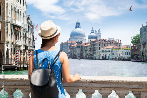 Fotomural Woman Looking At Grand Canal In Venice