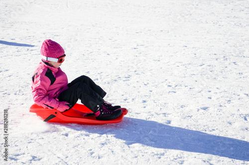 Photo sur Toile Les Textures Little girl sledding at Sierra Nevada ski resort.