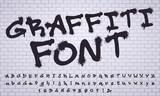 Rozpyl czcionkę graffiti. Napis na ścianie ulicy sztuki ulicy, brudne cyfry i litery graffiti. Grunge alfabet, graffiti sztuka ulicy spryskane litery abc. Zestaw symboli na białym tle wektor