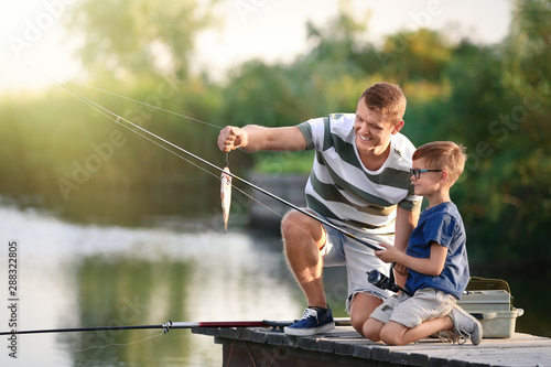 Fotografía Dad and son fishing together on sunny day