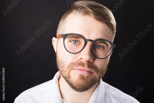 Cadres-photo bureau Pain Portrait, guy and business people concept - Handsome man with glasses in white shirt looking at camera