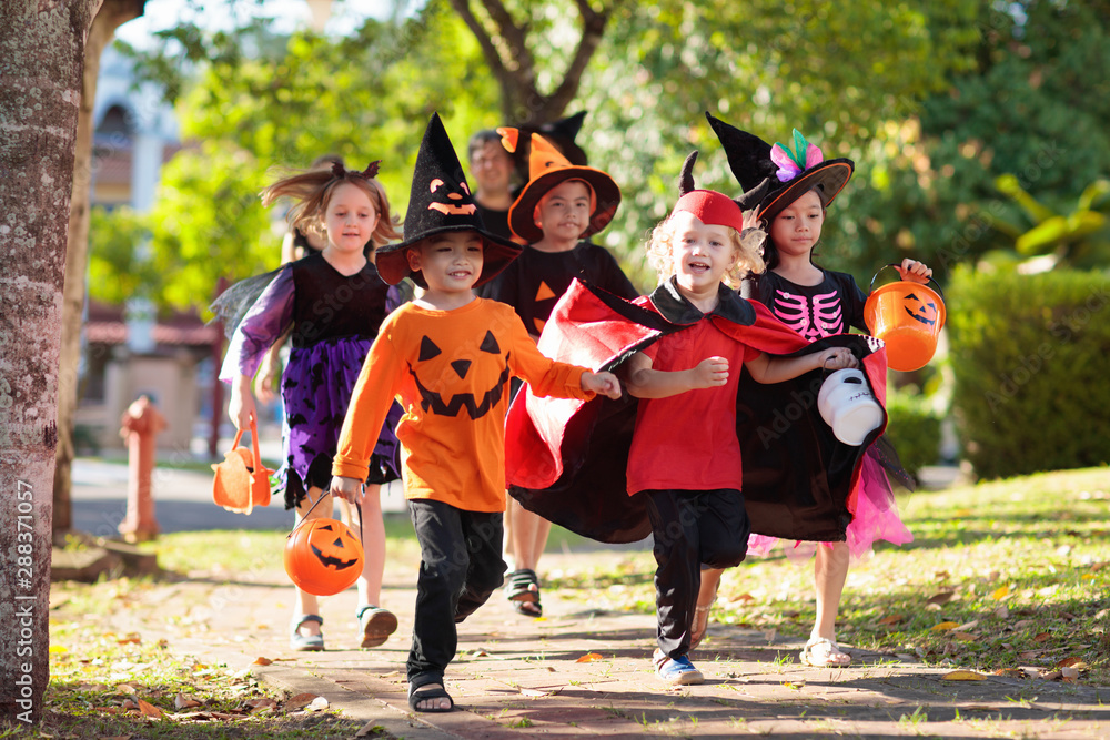 Fototapety, obrazy: Kids trick or treat. Halloween fun for children.