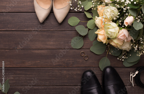 Fotografia  Bride groom shoes and roses bouquet on wooden floor