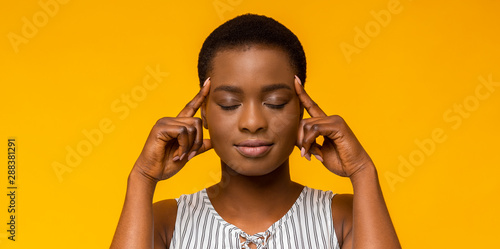 African american woman thinking hard with eyes closed Billede på lærred
