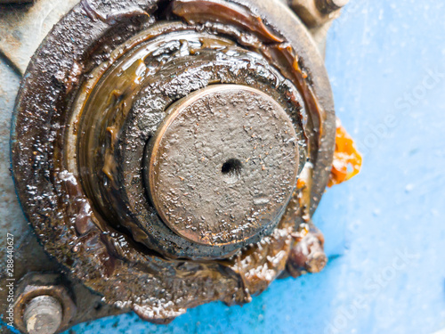 Fotografía  close up bearing support of machine with dirty grease