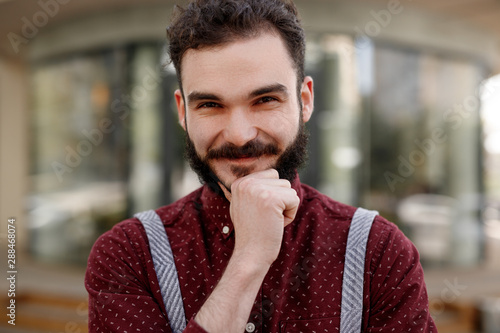 Cadres-photo bureau Pain Confident bearded waiter smiling