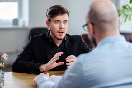 Photo Confident young man attending job interview