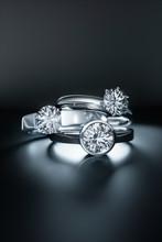 3 Diamantringe Auf Dunklem Unt...