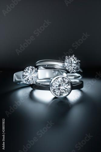 Fototapeta  3 Diamantringe auf dunklem Untergrund