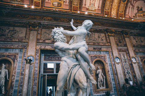 Fotografia Baroque marble sculpture Rape of Proserpine by Bernini 1621 in Galleria Borghese