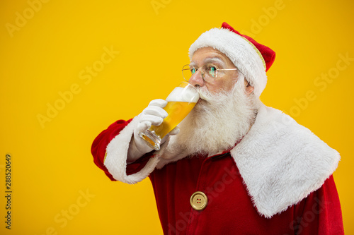 Santa Claus drinking a glass of beer Fototapet