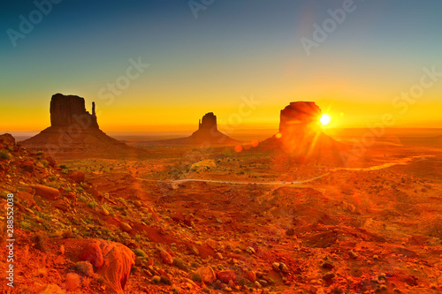 La pose en embrasure Rouge traffic View of Monument Valley at sunrise near the border of Arizona and Utah in Navajo Nation Reservation in USA.