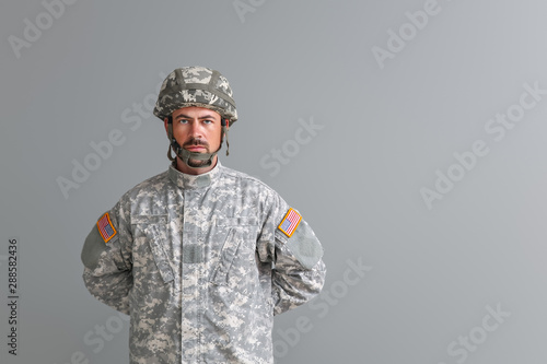 Pinturas sobre lienzo  Soldier in camouflage on grey background