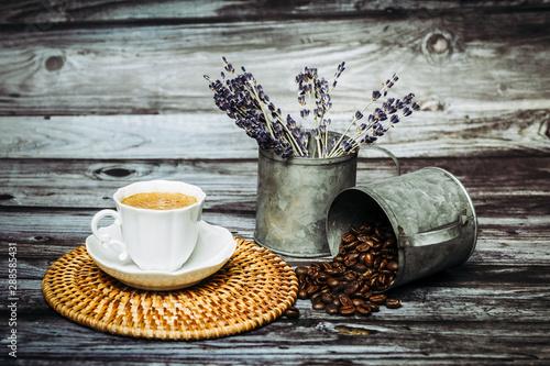 Tasse en porcelaine blanche vintage grains de café pot en métal sur une table en bois