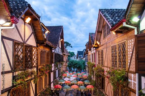 szwajcarska-architektura-w-campos-do-jord-o-ulica-z-parasolem-dekoruje-zimnego-turystycznego-miasto-sao-paulo-przy-bozenarodzeniowym-czasem-w-brazylia-nadokienny-widok